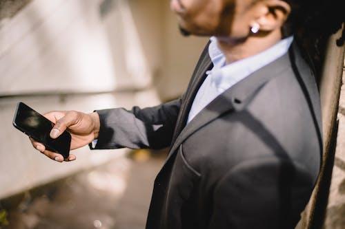 Fotos de stock gratuitas de afroamericano, al aire libre, angulo alto, apoyarse