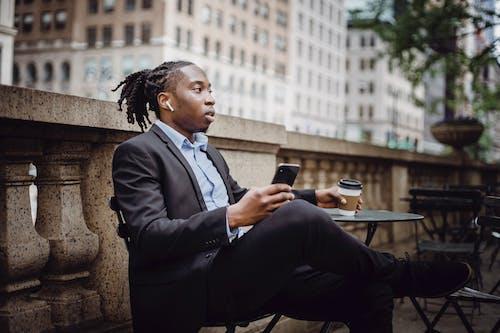 Gratis lagerfoto af afroamerikansk, afslapning, arbejde, at gå