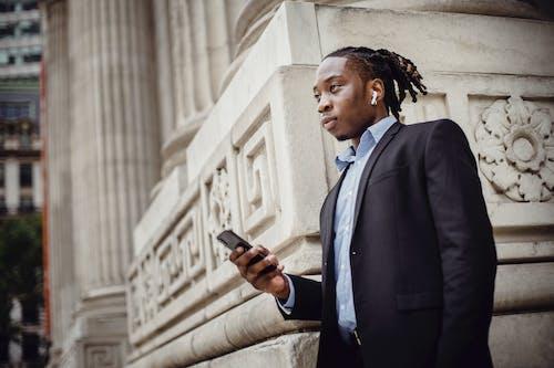Kostnadsfri bild av affärsman, afroamerikan, anställd, använder sig av