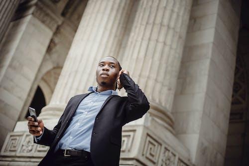 Foto profissional grátis de afro-americano, ao ar livre, aparelho