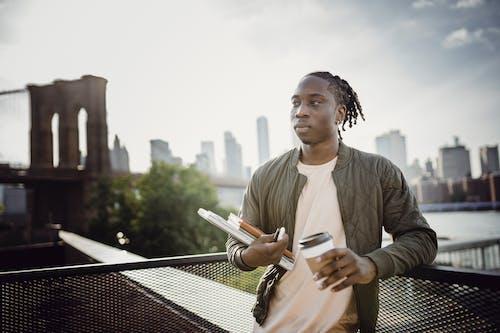 açık hava, adam, Afrikalı Amerikalı, arka plan bulanık içeren Ücretsiz stok fotoğraf