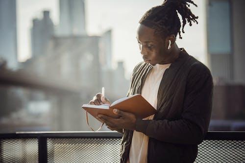 Fotos de stock gratuitas de afroamericano, agenda, al aire libre, auriculares