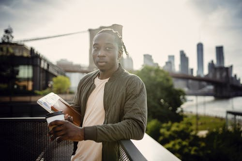 Gratis lagerfoto af afroamerikansk, afslappet, alvorlige, at gå