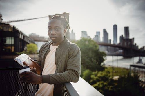 Ilmainen kuvapankkikuva tunnisteilla aamu, afroamerikkalainen, aikuinen, aita