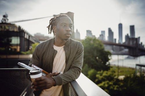 Gratis lagerfoto af afroamerikansk, afslappet, at gå, balkon