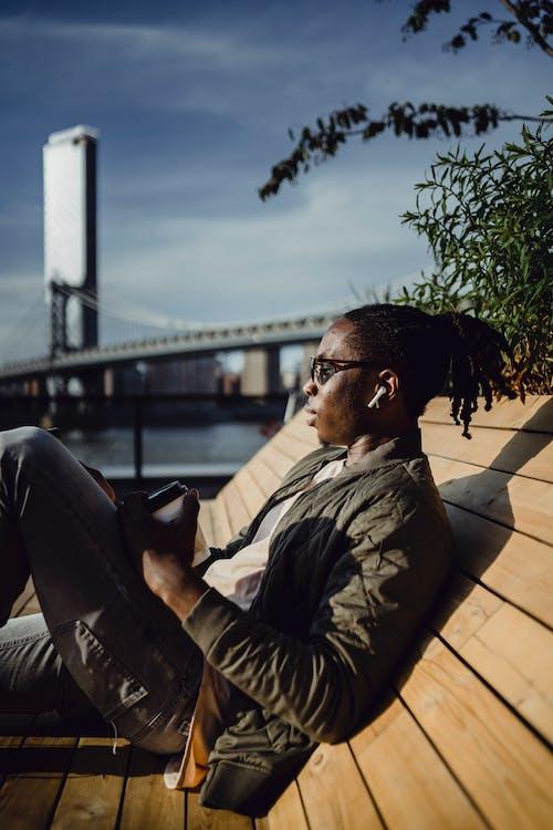 Kostenloses Stock Foto zu afroamerikaner, audio, ausruhen