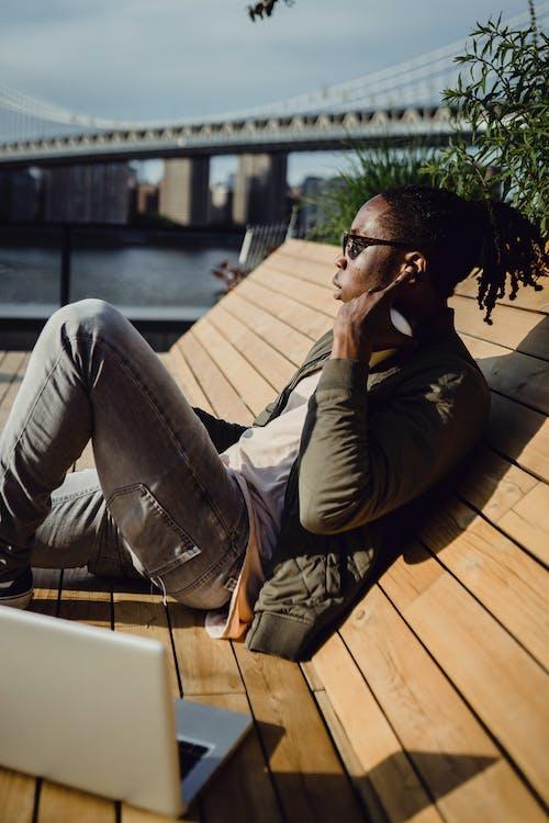 Kostenloses Stock Foto zu afroamerikaner, ausruhen, bank, brücke