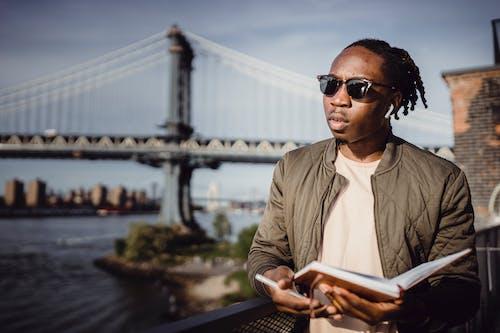 Kostenloses Stock Foto zu afroamerikaner, allein, ausruhen, besichtigung