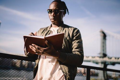 Gratis stockfoto met Afro-Amerikaans, agenda, apparaat, audio