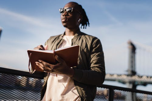 Gratis lagerfoto af åben, ægte trådløs, afroamerikansk, afslappet