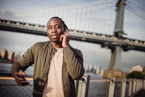 Kostenloses Stock Foto zu afroamerikaner, anruf, arbeit, außen