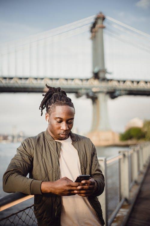 Gratis stockfoto met Afro-Amerikaans, afspeellijst, apparaat, apparaatje