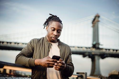 Kostnadsfri bild av afroamerikan, allvarlig, använder sig av, bläddra