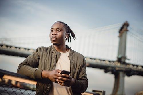 Gratis lagerfoto af afroamerikansk, afslapning, afslappet, alvorlige