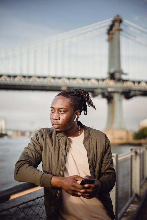 Бесплатное стоковое фото с афро-американец, беспроводной, вертикальный, гаджет