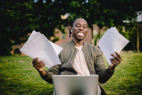 Fotos de stock gratuitas de aceptar, afroamericano, al aire libre, alegre