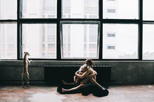 Casal Sentado No Chão E Se Abraçando