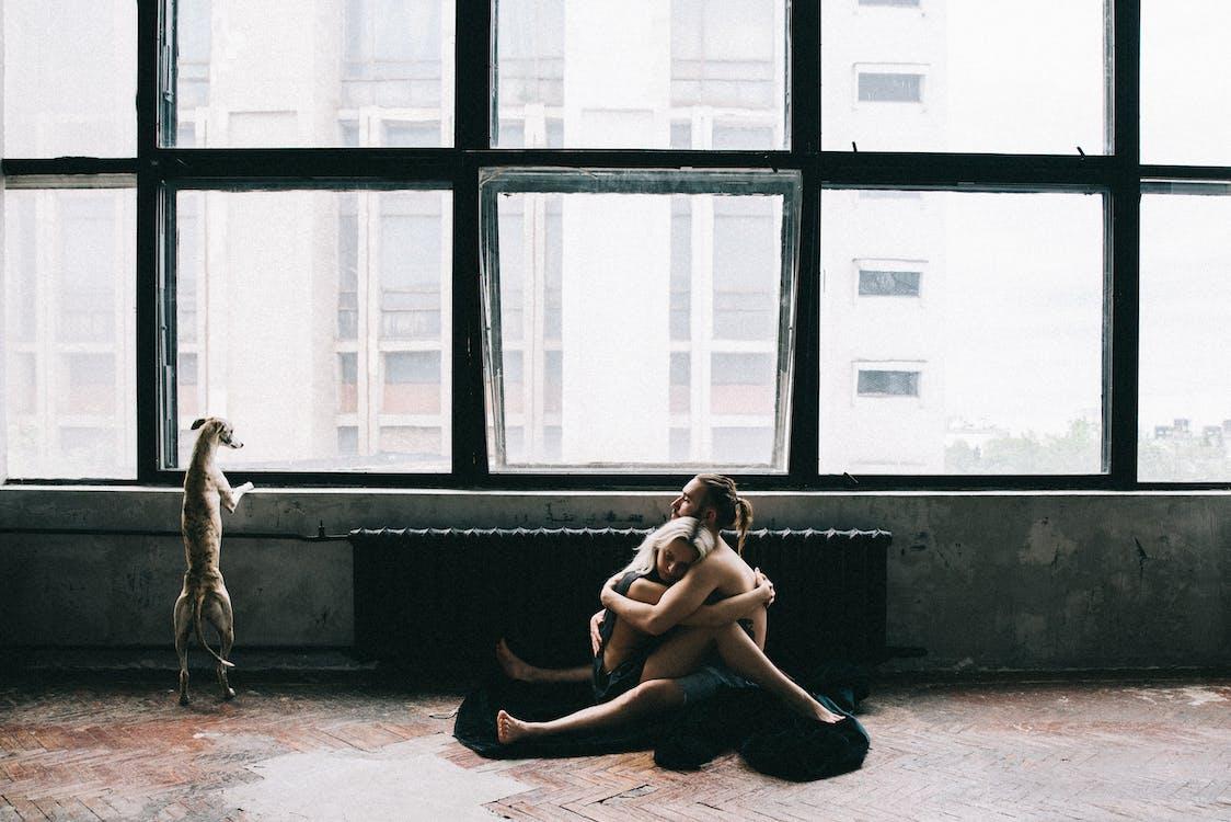 Coppia Seduta Sul Pavimento E Abbracciare