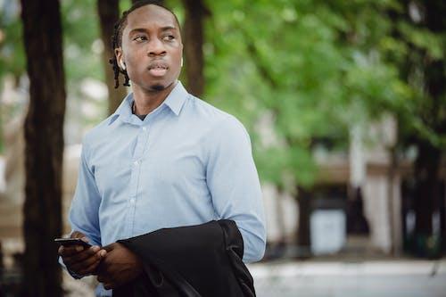 Gratis stockfoto met achtenswaardig, Afro-Amerikaans, andere kant op kijken, apparaat