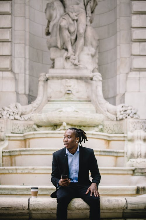Kostnadsfri bild av afroamerikan, arbetare, att gå, bläddring