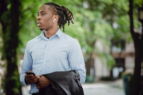 Бесплатное стоковое фото с tws, афро-американец, беседа, беспроводной
