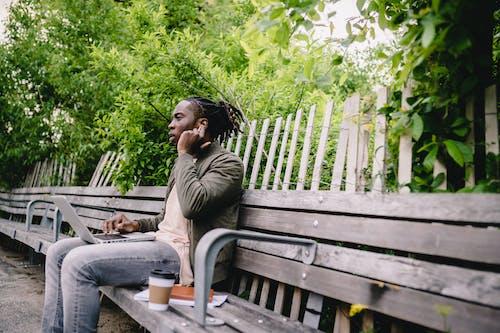 Бесплатное стоковое фото с tws, афро-американец, беспроводной, блокнот