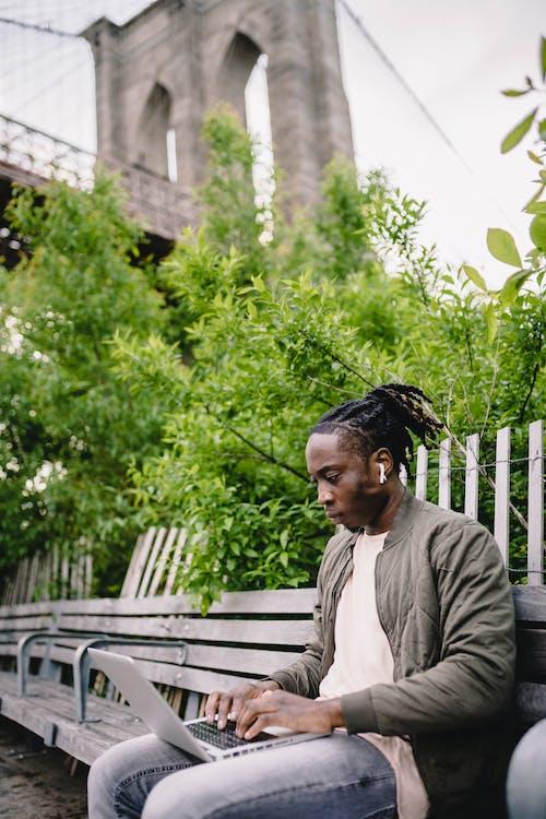 Foto d'estoc gratuïta de a l'aire lliure, afroamericà, artefacte, auriculars