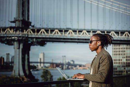 Бесплатное стоковое фото с афро-американец, беспроводной, вид сбоку, внештатная работа