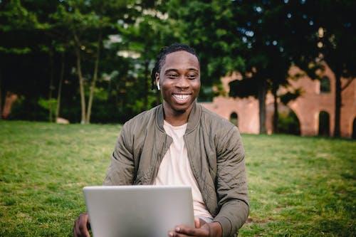 Бесплатное стоковое фото с афро-американец, беспроводной, бодрый, веселый