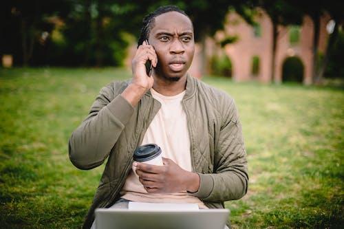 Gratis stockfoto met Afro-Amerikaans, andere kant op kijken, apparaat, apparaatje
