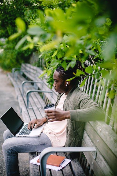 Бесплатное стоковое фото с афро-американец, беспроводной, блокнот, бумажный стаканчик