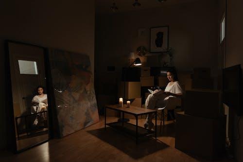 Darmowe zdjęcie z galerii z apartament, czytanie, dobytek, jedna osoba