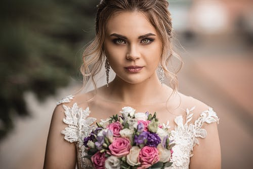 Düğün Buketi Ile Güzel Gelin