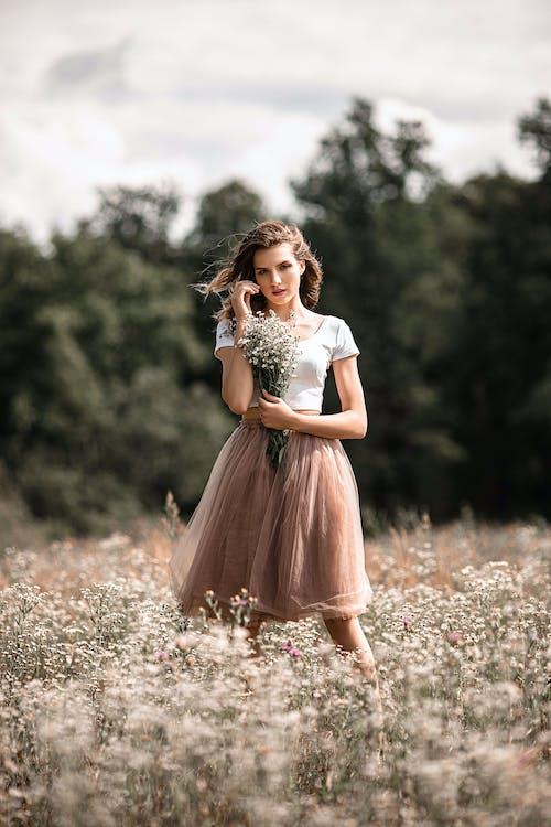 Mujer Elegante De Pie En El Campo De Flores