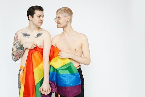 Hombres Con Una Bandera Del Orgullo Gay Tomados De La Mano
