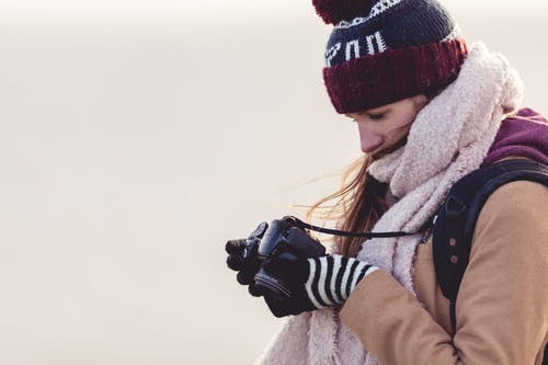 Бесплатное стоковое фото с девочка, женщина, зима, камера