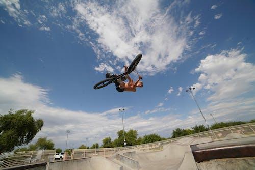 Darmowe zdjęcie z galerii z adrenalina, akcja, akrobacje, akrobatyczny
