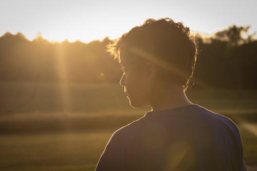 Δωρεάν στοκ φωτογραφιών με bokeh, αγόρι, ακτίνες ηλίου, άνθρωπος