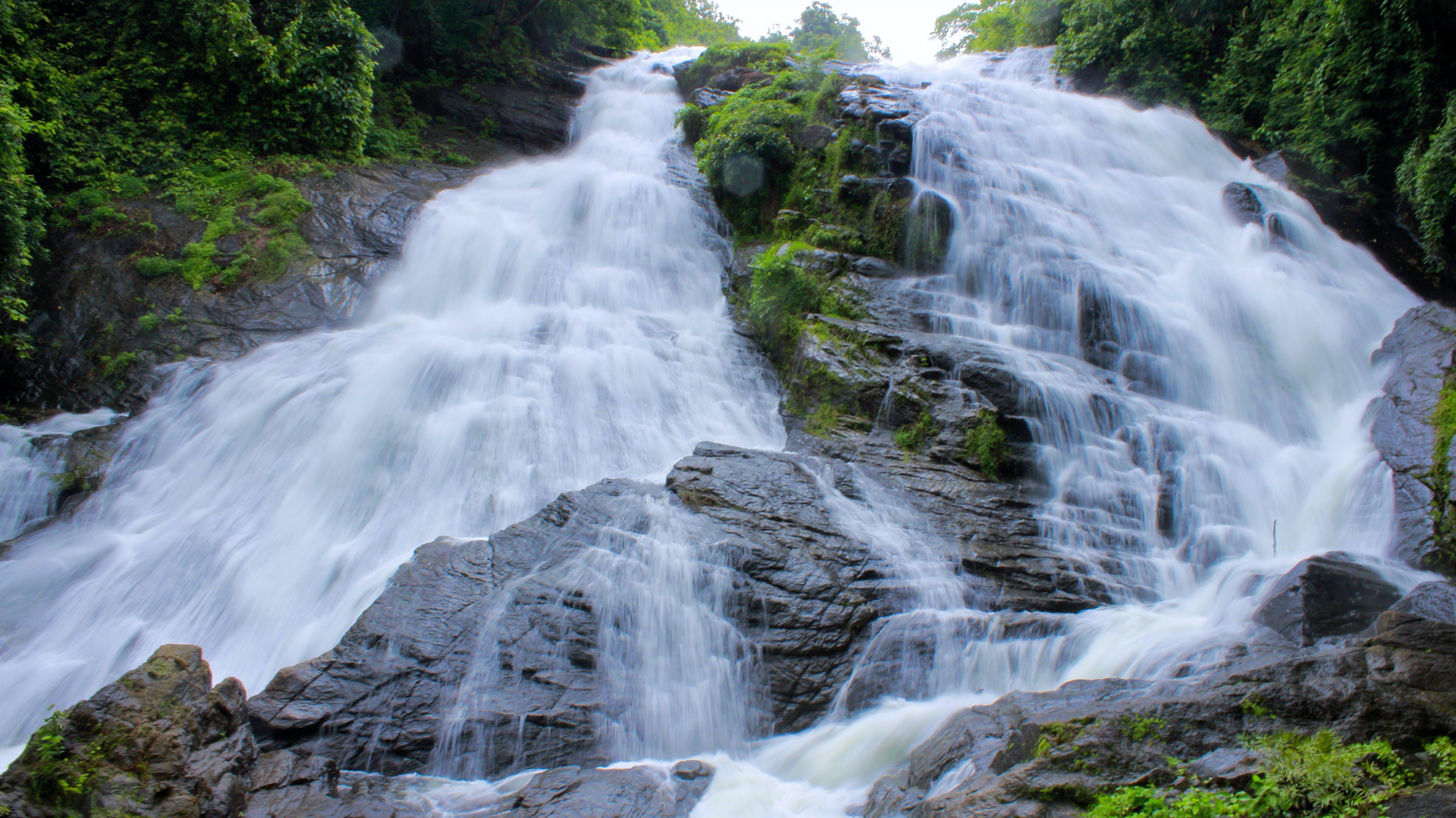 Δωρεάν στοκ φωτογραφιών με βουνό, βράχια, βρεγμένος, βρύο