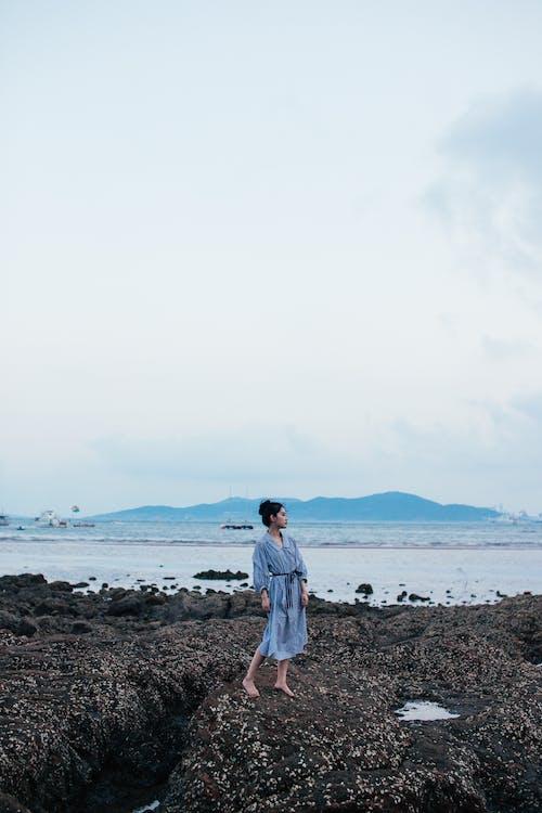 copy space, 고요한, 날씬한, 다른 곳을 바라보는의 무료 스톡 사진