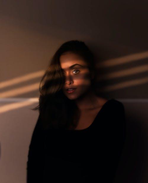黒のタンクトップの女性