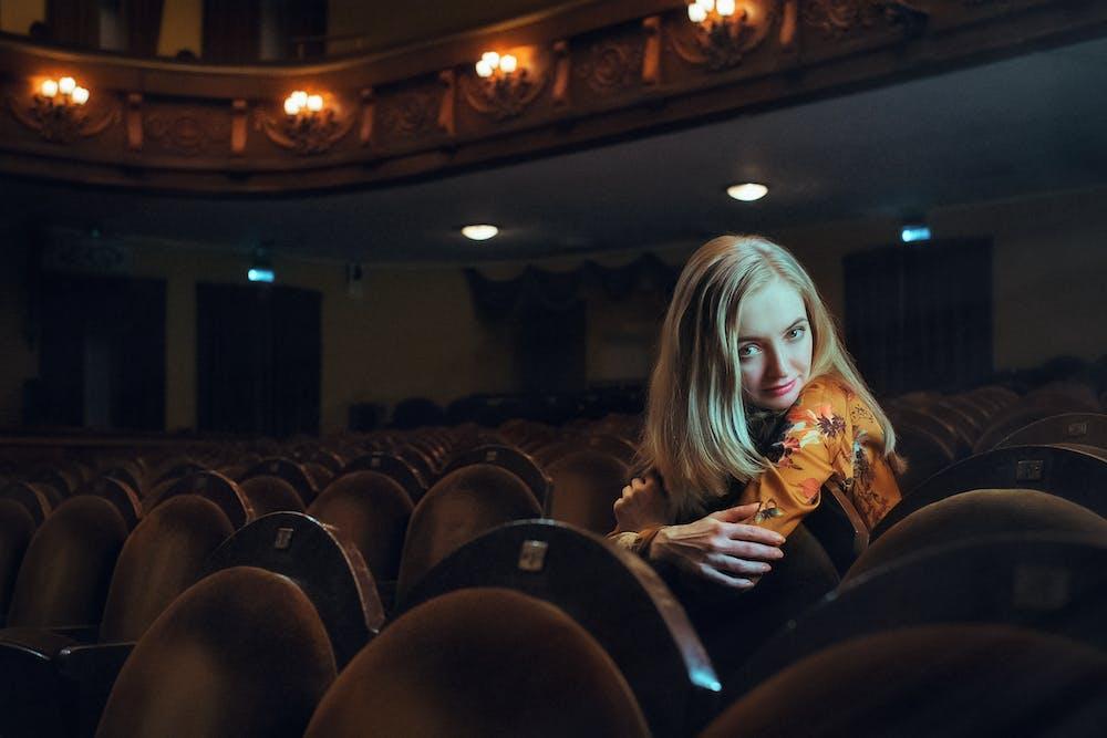 devushki-v-teatre-foto-shalava-zhestkoe-porno
