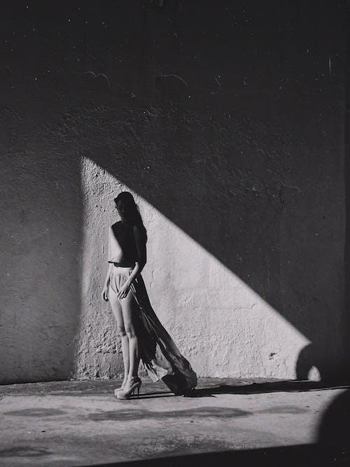 黑色和白色的裙子,走在街上的女人