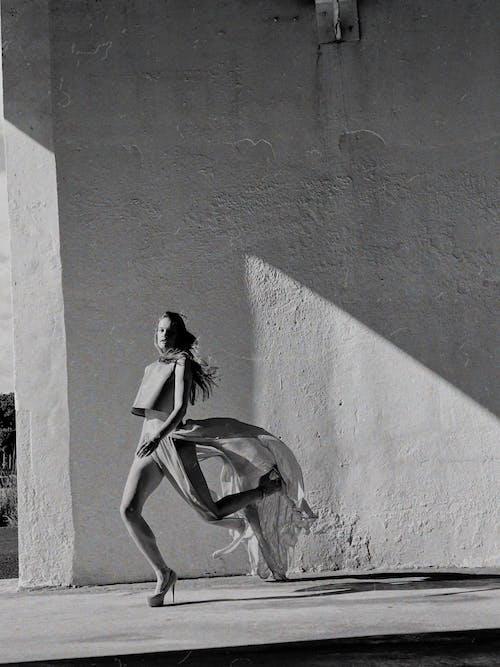 靠在墙上的白色连衣裙的女人