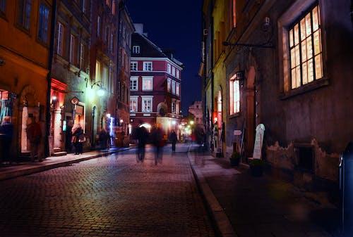 Foto profissional grátis de andando, calçada, cidade, cidade velha