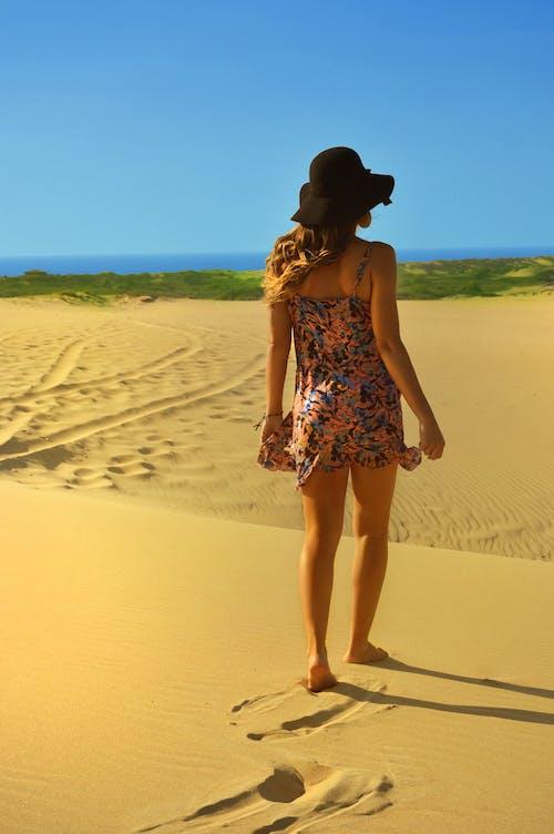 Immagine gratuita di abiti, camminando, donna, duna