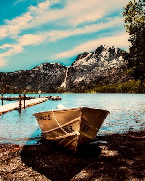 Бесплатное стоковое фото с берег, вода, водный транспорт, горы