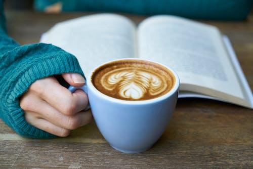 Ilmainen kuvapankkikuva tunnisteilla kahvi, kirja, lattetaide, lukeminen