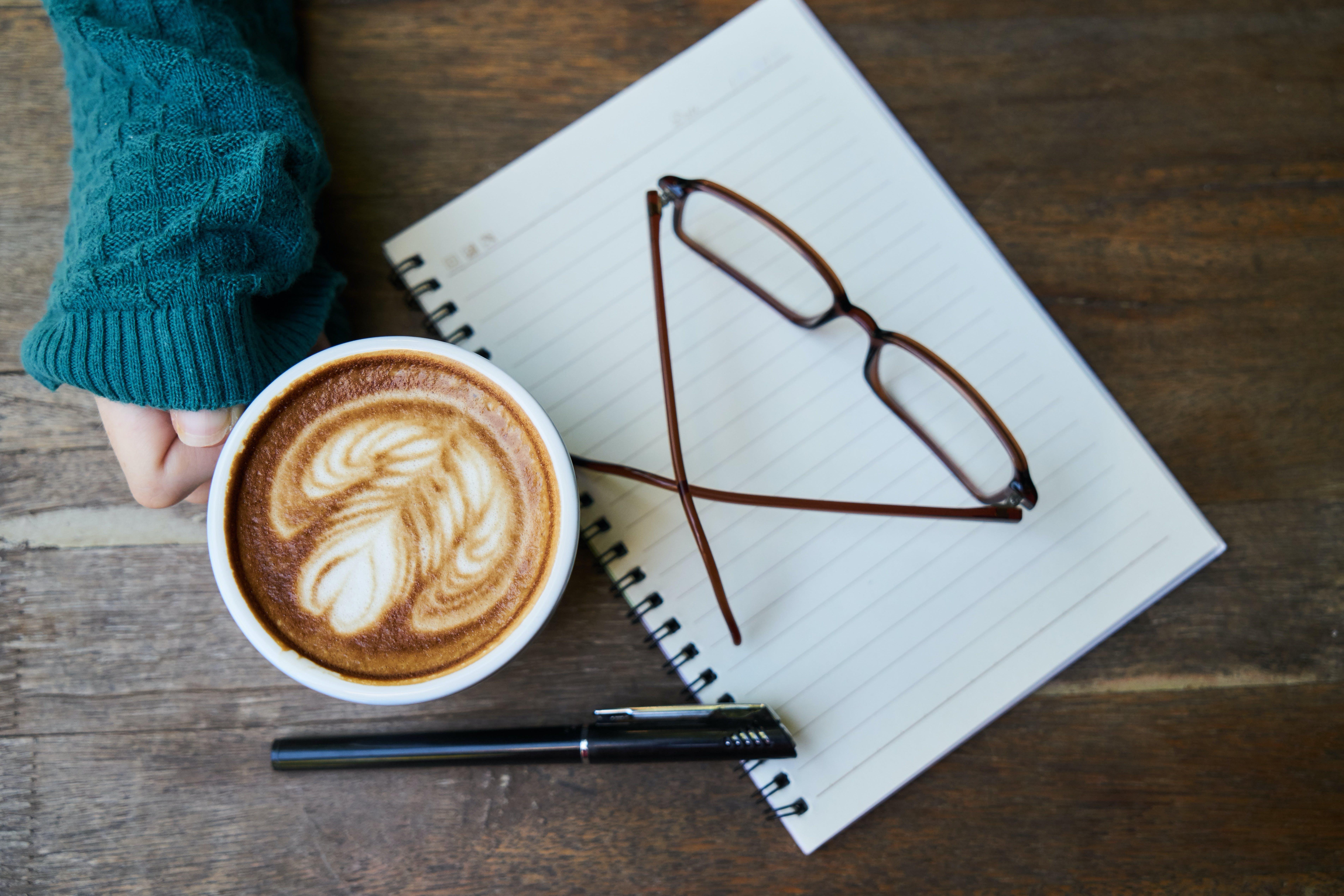 Kostnadsfri bild av anteckningsbok, brun, cappuccino, glasögon