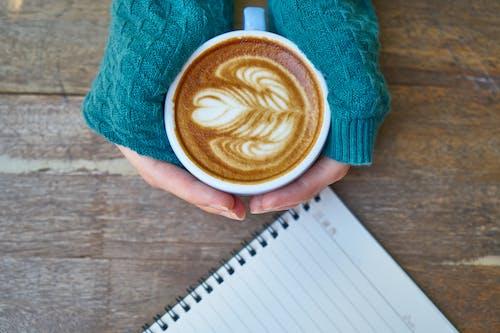 Foto profissional grátis de bebida, caderno, café, café com leite